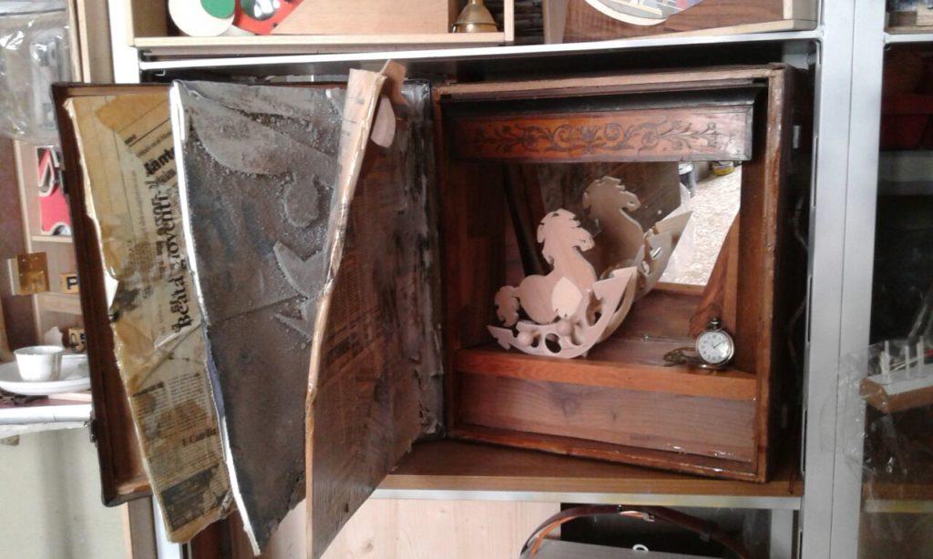 Materiali : valigia , specchio , legno , giornali , resina , colori acrilici