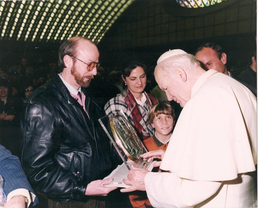 Omaggio di un bassorilievo di Celli a Papa Giovanni Paolo II raffigurante  il Papa - Sala Nervi